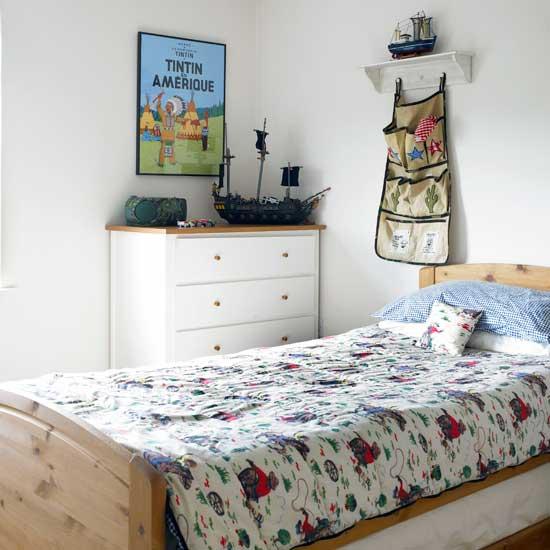 Современный дизайн комнаты для мальчика в светлых тонах