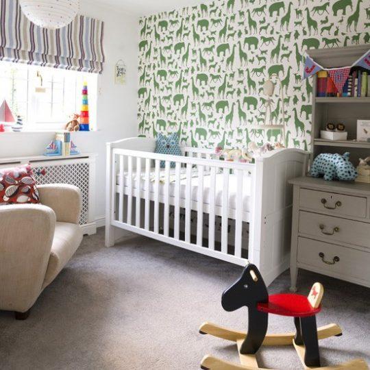 Дизайн комнаты малыша: белый цвет интерьера разбавлен зелёным цветом