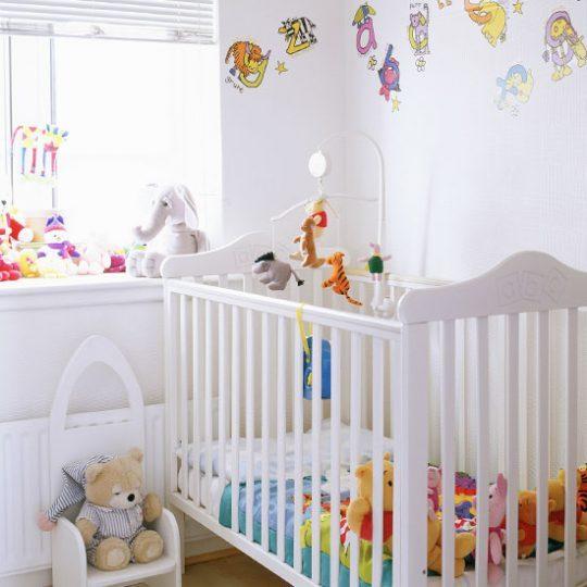 Дизайн комнаты малыша: яркие буквы в качестве декора