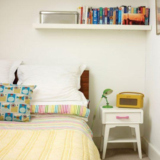 Дизайн маленькой детской: подвесная полка над кроватью