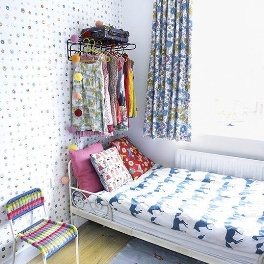 Дизайн маленькой детской: гардероб на стене