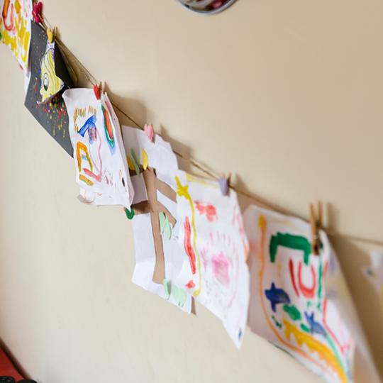 Идея декора детской: детские рисунки