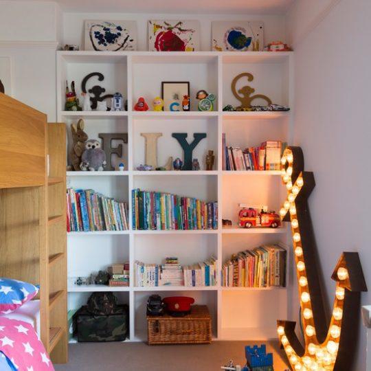 Идея декора детской: открытые полки