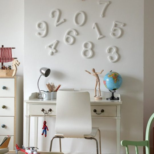 Идея декора детской: обновление старой мебели