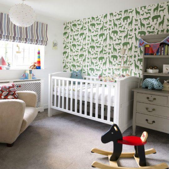 Идея декора детской: стена с изображениями животных