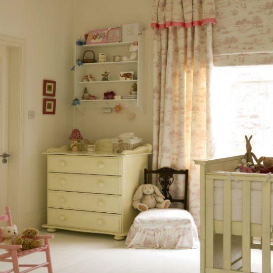 Идея декора детской: лаконичная мебель