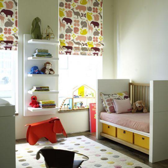 Идея декора детской: яркий текстиль на окнах