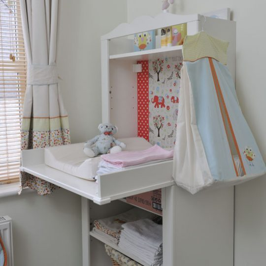 Идея декора детской: пеленальный столик с откидной столешницей