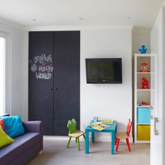 Идея дизайна детской: шкаф как меловая доска