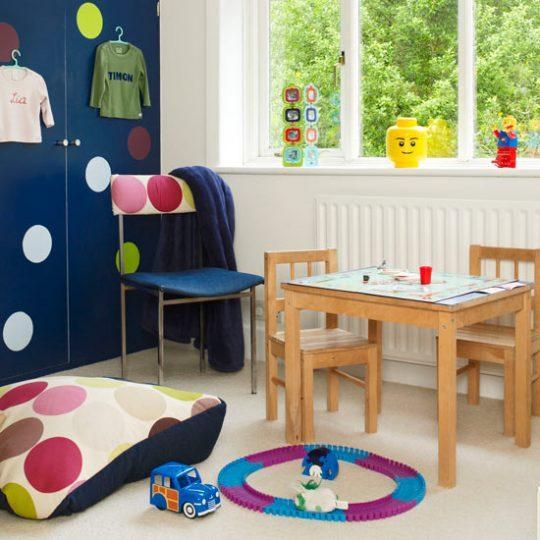 Идея дизайна детской: яркие кружки-наклейки