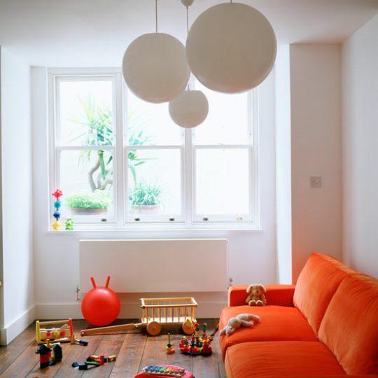 Идея дизайна детской: оранжевый диван