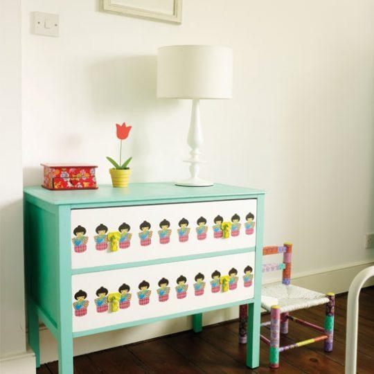Идея дизайна детской: яркий комод