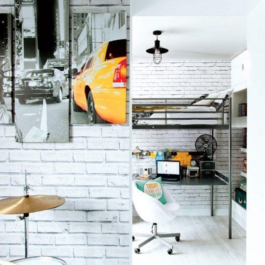 Индустриальный интерьер комнаты для мальчика: кресло на колёсиках