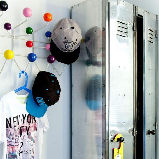 Индустриальный интерьер комнаты для мальчика: металлический шкаф