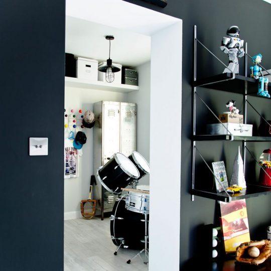 Индустриальный интерьер комнаты для мальчика: стеллаж в брутальной манере
