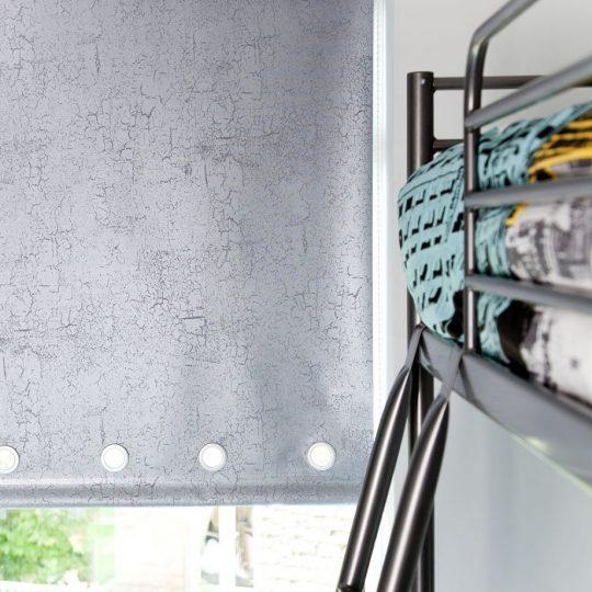 Индустриальный интерьер комнаты для мальчика: рулонные шторы