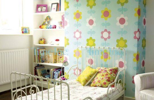 Декор стен в детской: обои в цветочек