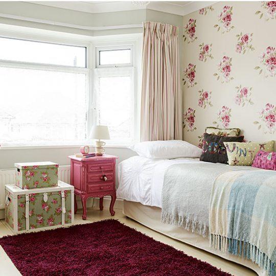 Декор стен в детской: обои с классическим цветочным принтом