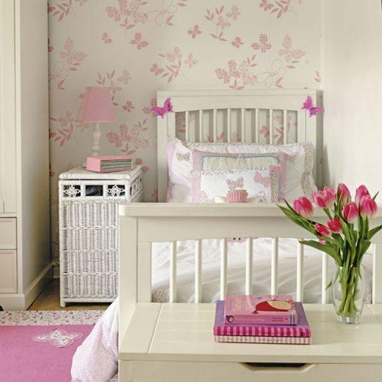 Декор стен в детской: обои с бабочками