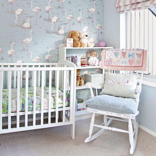 Декор стен в детской: обои с розовыми фламинго