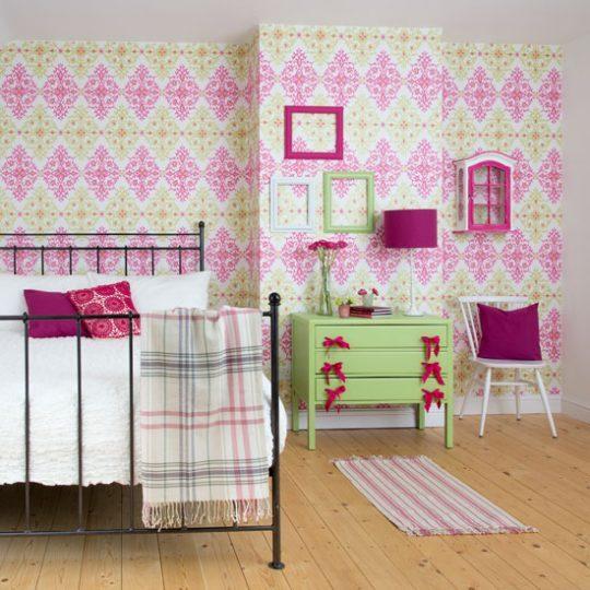 Декор стен в детской: обои с крупными ромбами