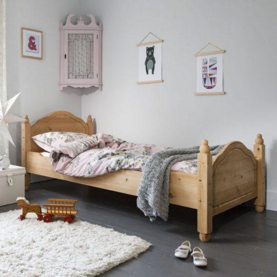 Стильная мебель для детской: кровать из цельной древесины