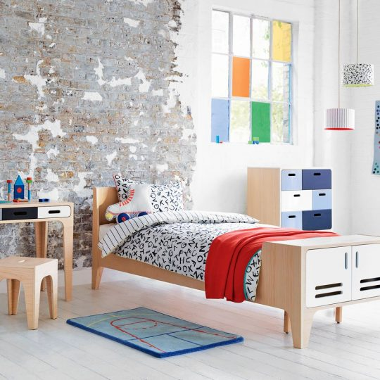 Стильная мебель для детской: деревянная кровать