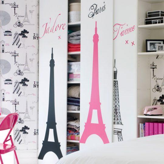 Современный дизайн комнаты девочки-подростка: наклейки на дверцах шкафа
