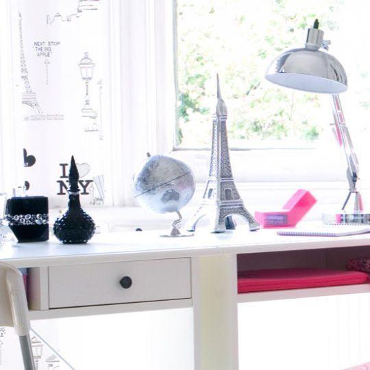 Современный дизайн комнаты девочки-подростка: статуэтка Эйфелевой башни на столе