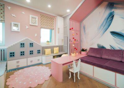 Комната для годовалой девочки с домиком из детских рисунков