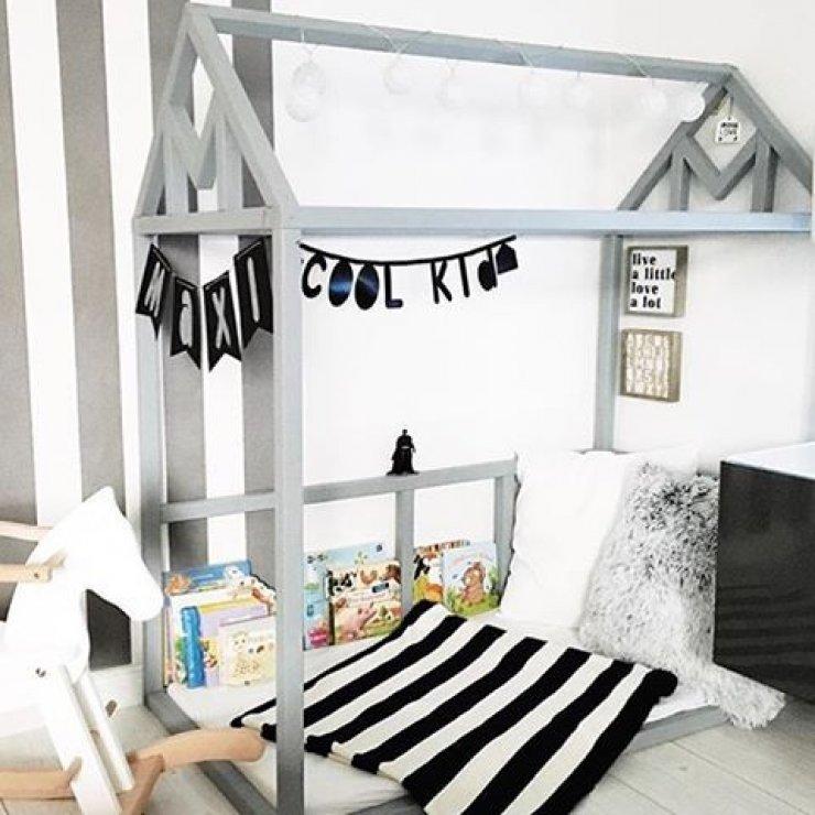 Детская кровать домик с полочками для книг