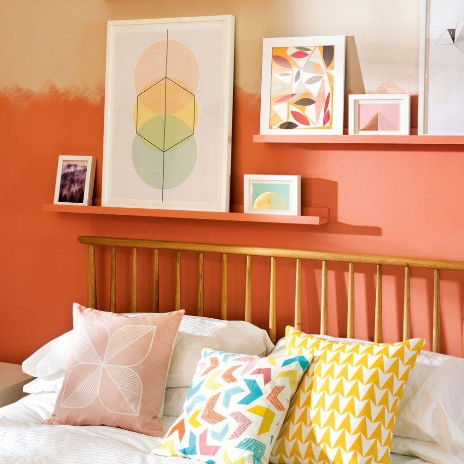 Дизайн комнаты для девочки-подростка: картины на полочках над кроватью
