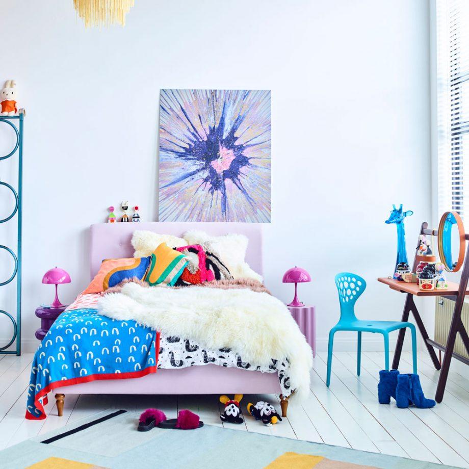 Дизайн комнаты для девочки-подростка с ярким декором