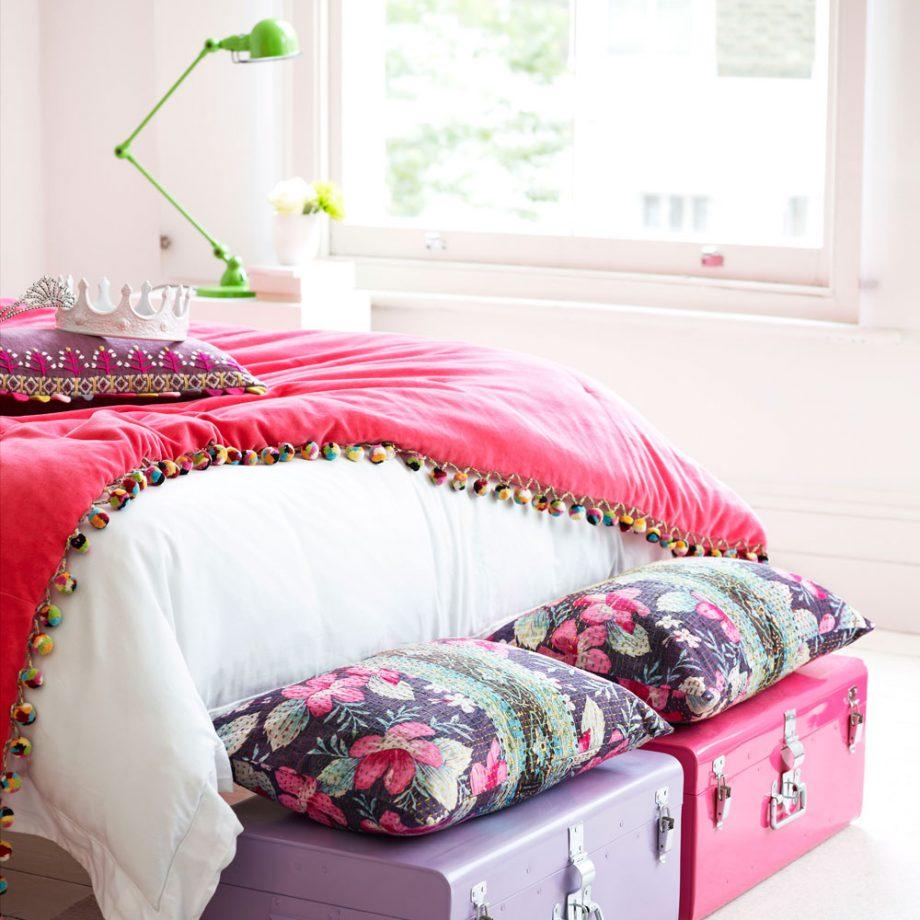 Дизайн комнаты для девочки-подростка с яркими сундуками