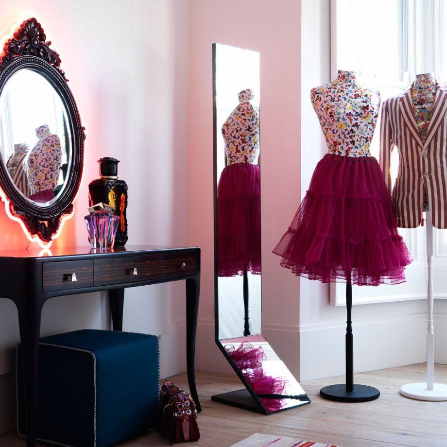 Дизайн комнаты для девочки-подростка с большим зеркалом