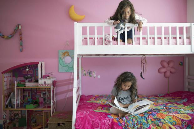 Как обустроить маленькую детскую для двоих детей 2
