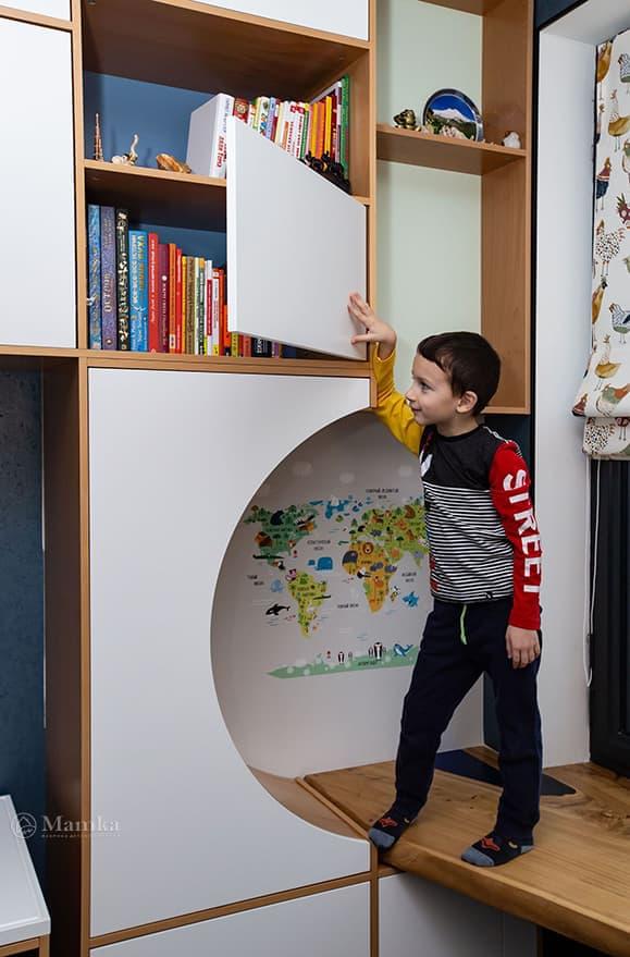 Детская комната для мальчика с необычной зоной отдыха фото 13
