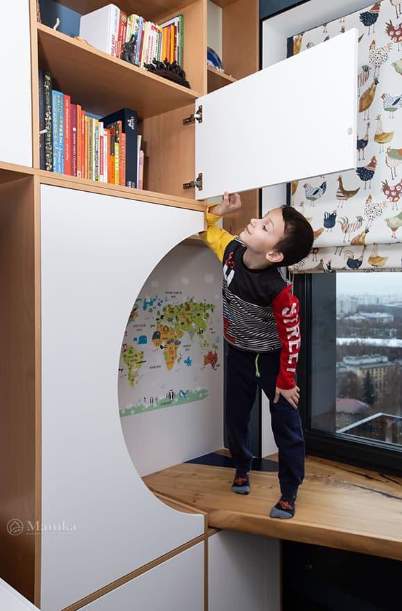 Детская комната для мальчика с необычной зоной отдыха фото 14