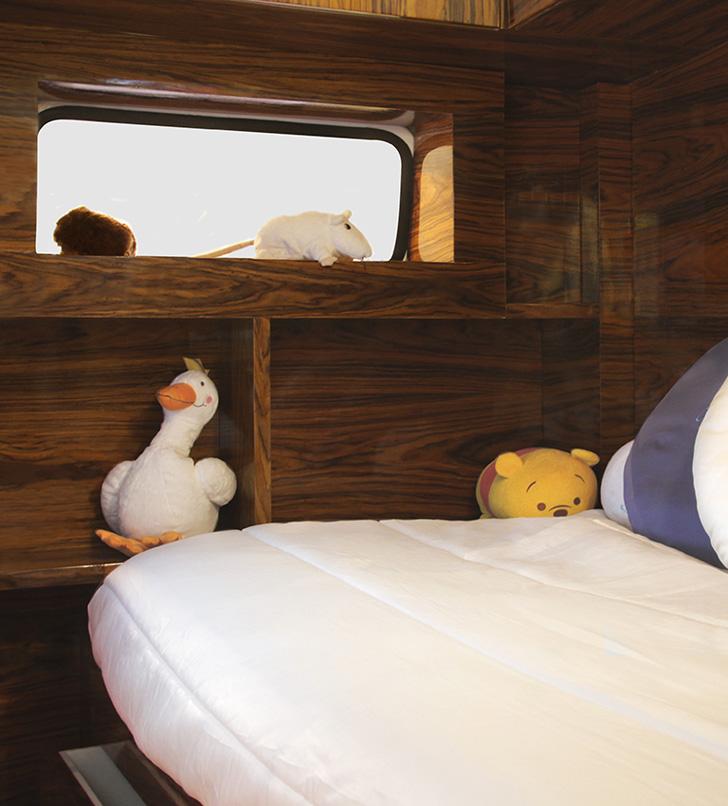 Кровати домики для мальчиков с полочками для игрушек