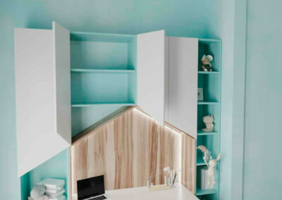 Удобная бело-голубая мебель в детскую комнату девочки — проект 4963