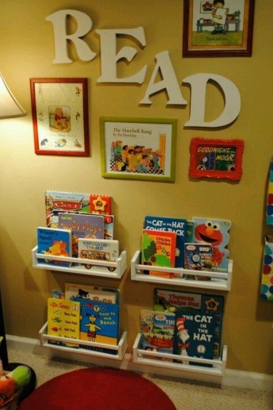 Креативный дизайн полки для детской, размещённые внизу стены