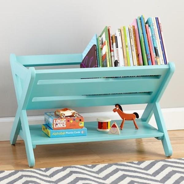 Креативный дизайн полки для детской в голубом цвете