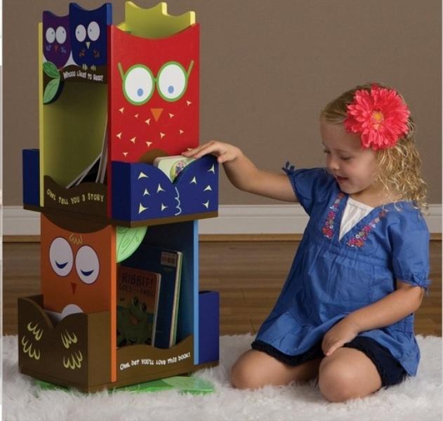 Креативный дизайн полки для детской ярких цветов