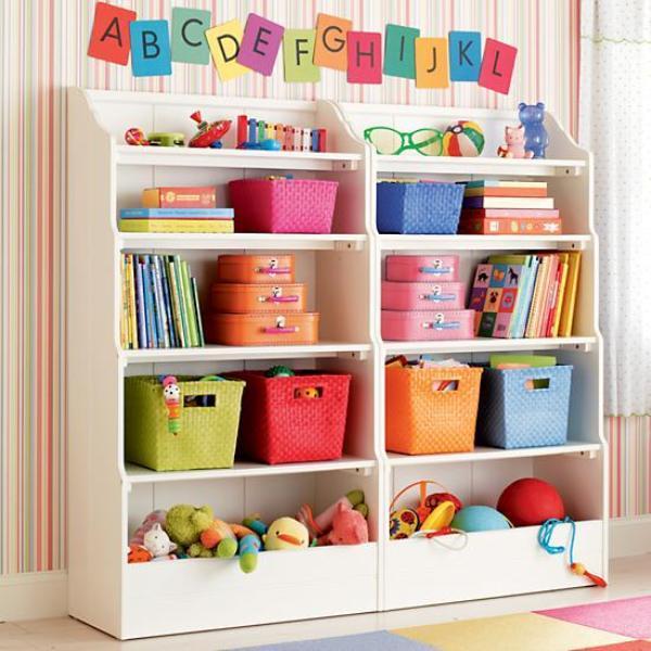Креативный дизайн полки для детской: высокий и широкий стеллаж