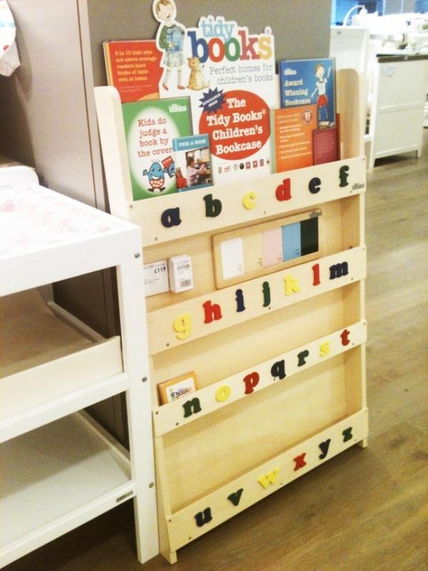 Креативный дизайн полки для детской из необработанного дерева
