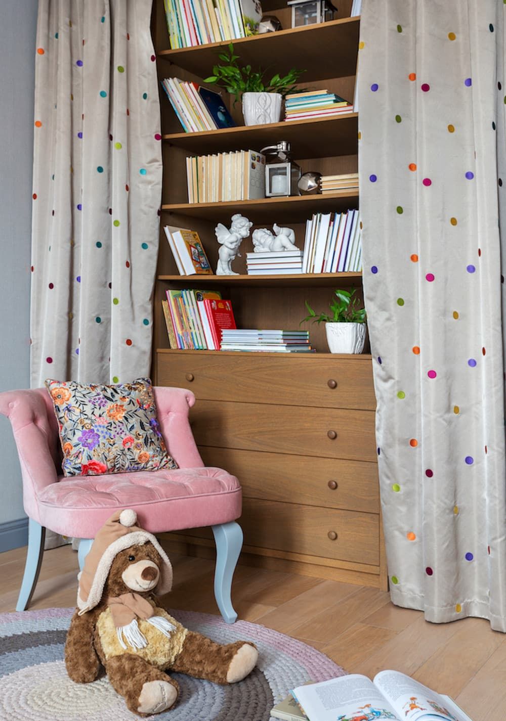 Практичные идеи для маленькой детской с удобным зонированием фото 1