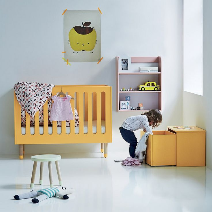 Стильная мебель для детской: жёлтая детская кроватка