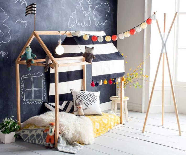 Кровать домик для ребёнкаи стена для записей