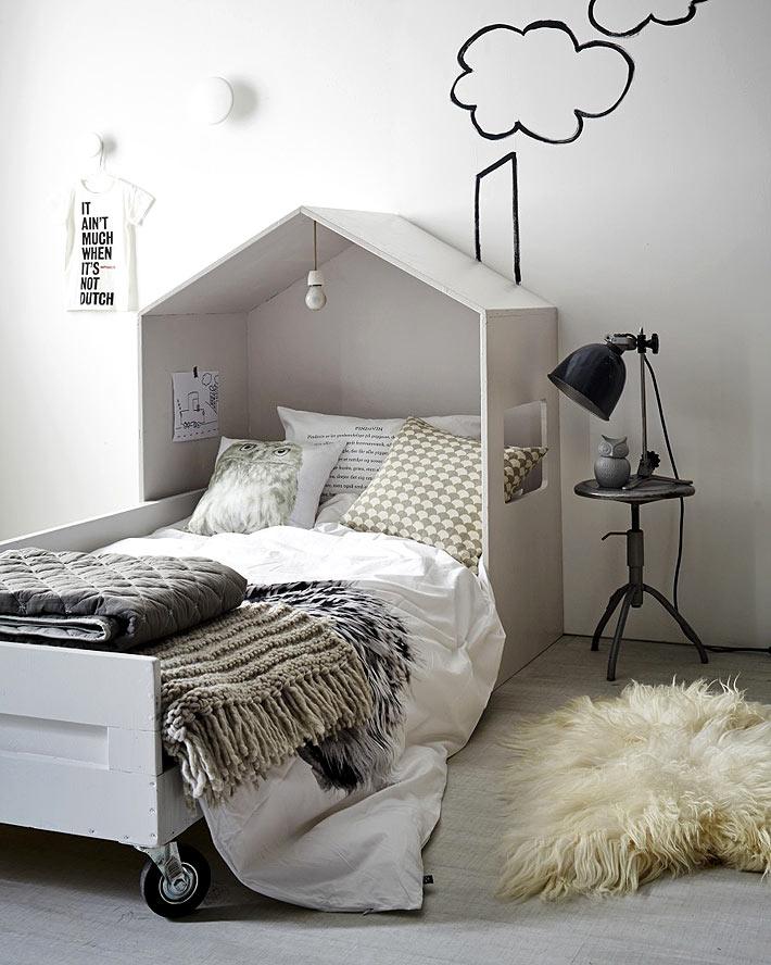 Кровать домик для ребёнкав белом цвете