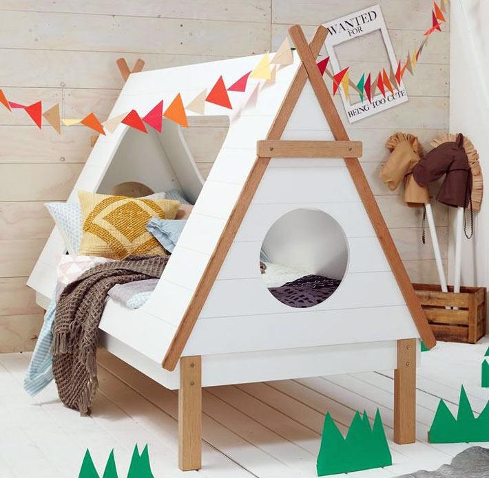 Кровать домик для ребёнка в виде вигвама в интерьере стиля кантри